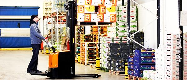 Штабелер в работе на складе
