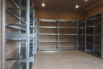 Оборудование склада и мастерской для рыболовно-охотничьего снаряжения, инвентаря и сопутствующих принадлежностей
